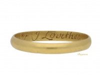 front view Post Medieval gold posy ring 'Dispise not me for I Love thee', circa 18th century.