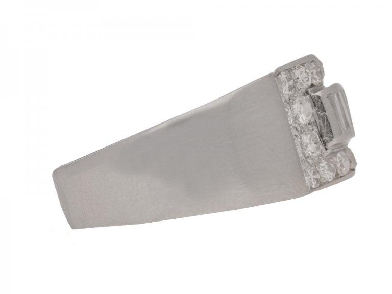 side view Art deco diamond ring in platinum, circa 1930.