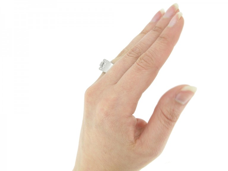 hand view Art deco diamond ring in platinum, circa 1930.