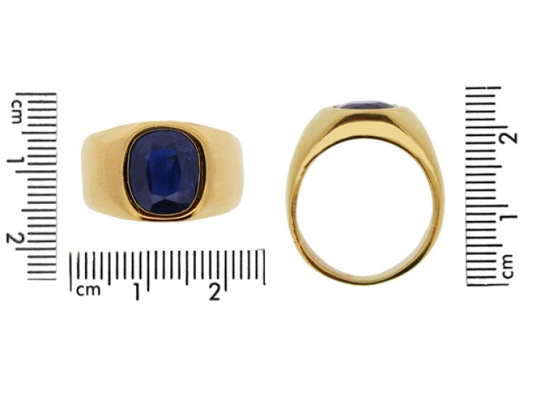 size view Sapphire ring in 18ct gold, French, circa 1970.