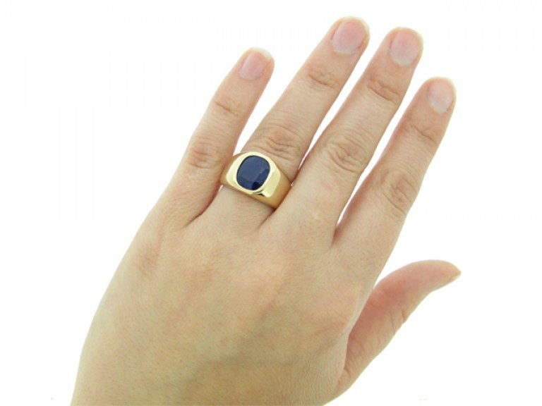 hand view Sapphire ring in 18ct gold, French, circa 1970.