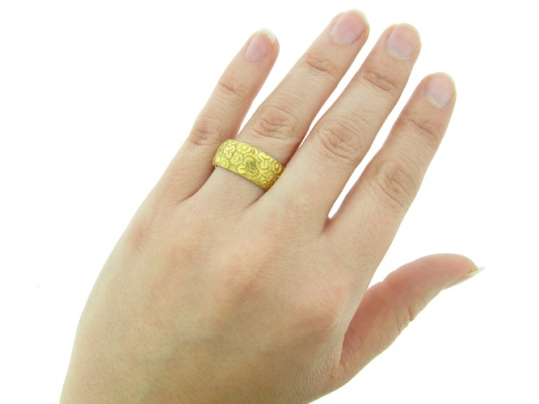 Victorian carved wedding ring in 18 carat yellow gold, English circa 1897.