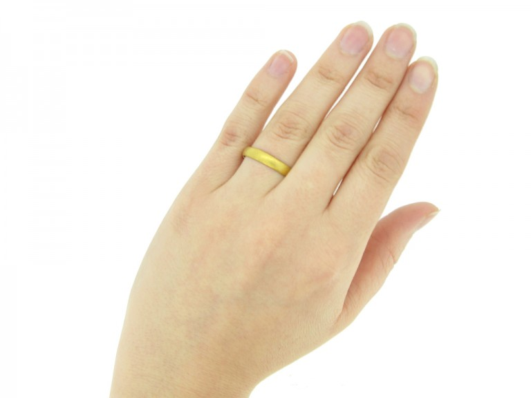 hand view Gold posy ring, 'I give it thee to think on me',