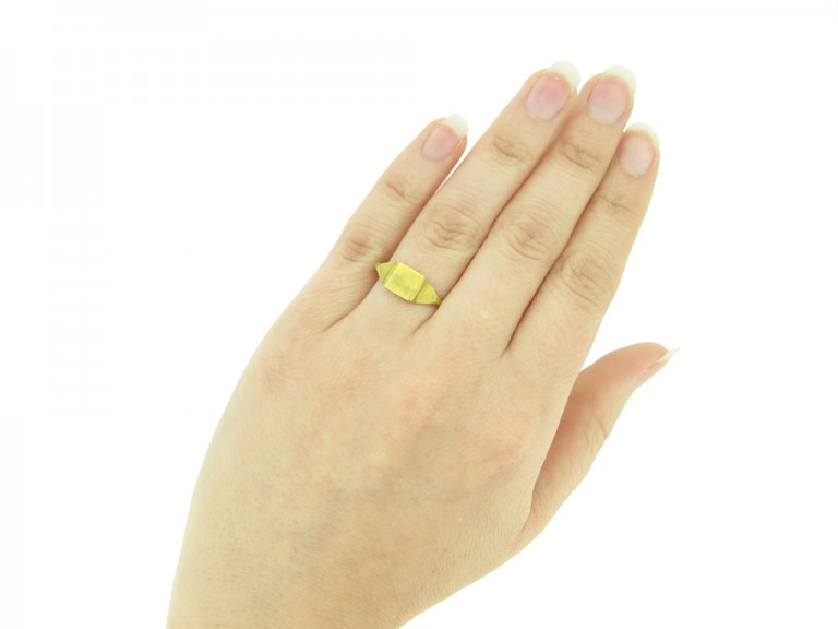 Ancient Roman gold ring, circa 1st   3rd century AD.