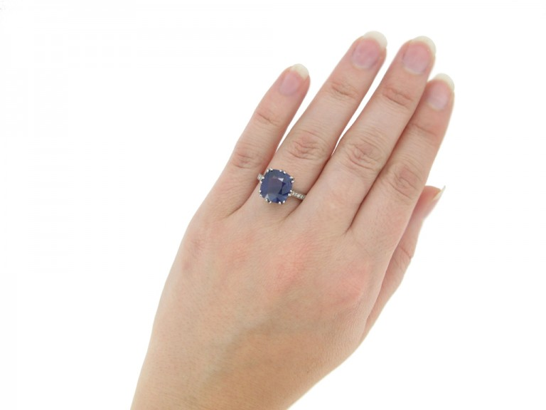 hand view Colour change sapphire ring