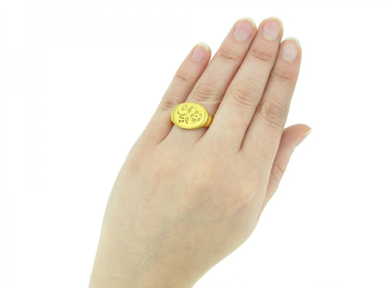 Jacobean gold signet ring, circa late 16th   early 17th century.