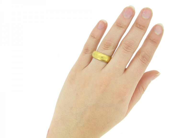 hand view gold posy ring berganza hatton garden