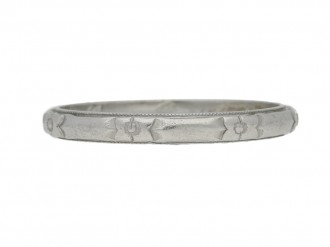 front view Engraved wedding ring in platinum, American, circa 1946.
