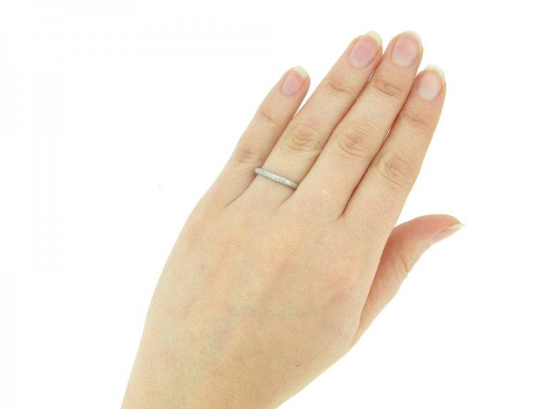 Engraved wedding ring in platinum, American, circa 1946.