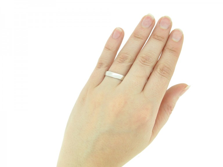 Wedding ring in 18ct white gold, English, circa 1980s.