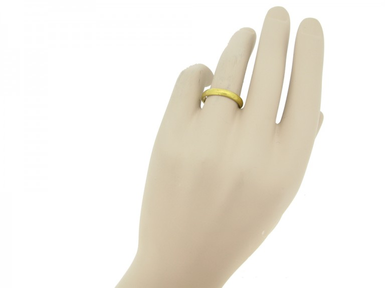 hand view Gold posy ring 'Hearts united live contented', circa 18th century.