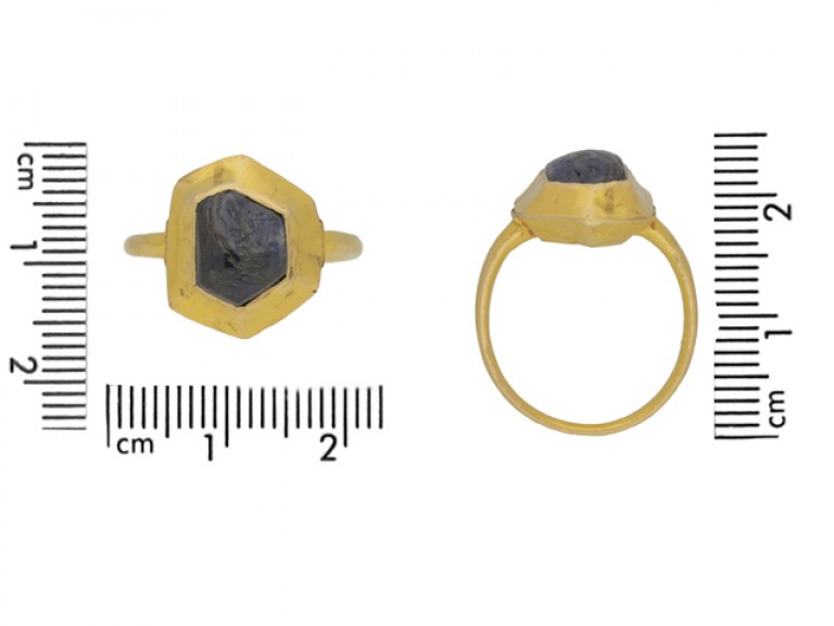 size view Medieval sapphire cabochon gold ring, circa 14 15th century.