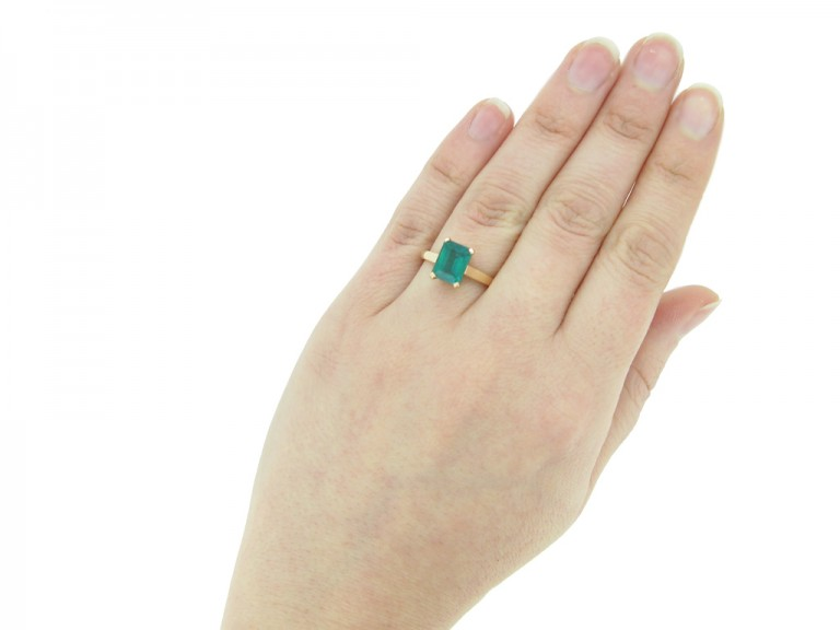 hand view vintage Colombian emerald ring berganza hatton garden