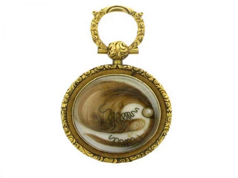 size view Gold and enamel memorial pendant