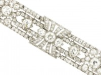 front view Exceptional diamond bracelet in platinum, circa 1920.