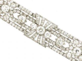 front view Exceptional diamond bracelet in platinum, circa 1920.
