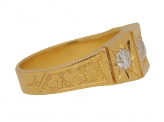 front view Antique diamond three stone ring in yellow gold, circa 1890.